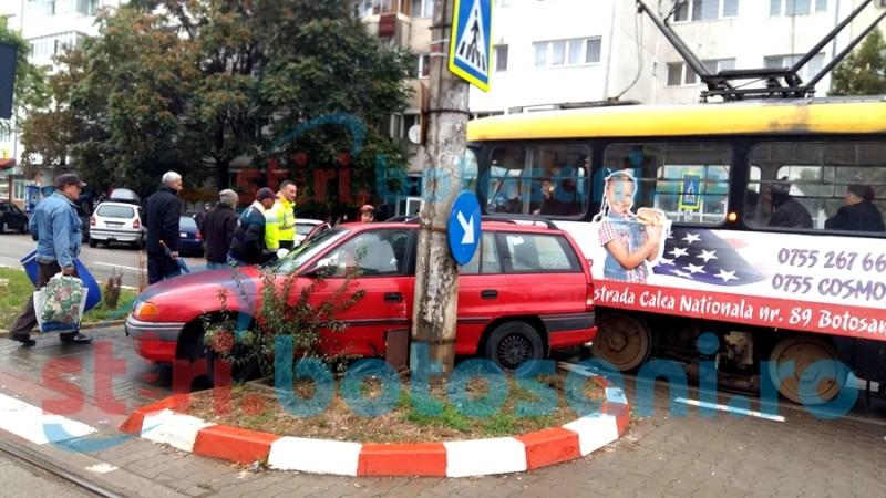 Mașină izbită de un tramvai, după o neacordare de prioritate! FOTO