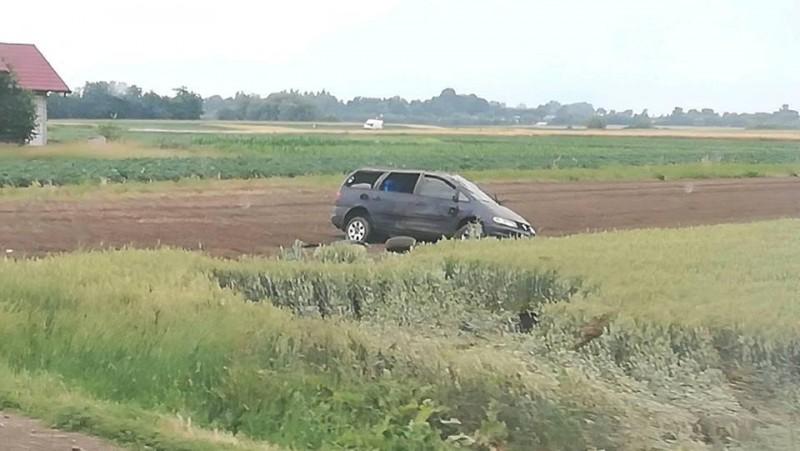 S-a răsturnat cu mașina pe câmp, din cauza vitezei!