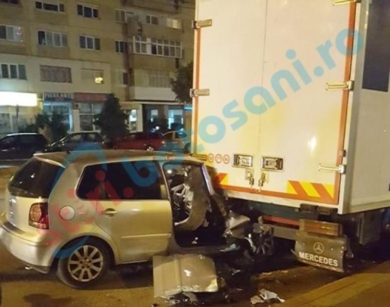 Mașină puternic avariată după ce a intrat într-o camionetă, la Stadion! FOTO, VIDEO