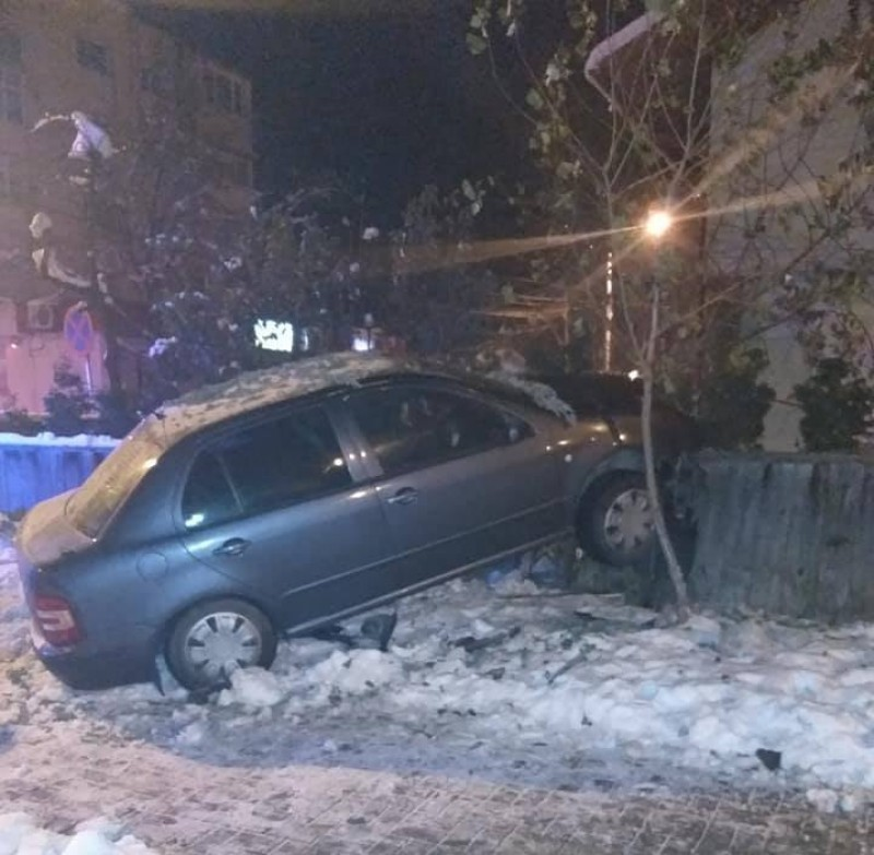 """Mașină """"înfiptă"""" în gard, în Zona Industrială a orașului! FOTO"""