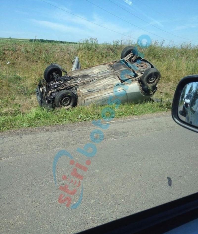 Mașină răsturnată la Drăgușeni, după ce un șofer a vrut sa evite o groapă!