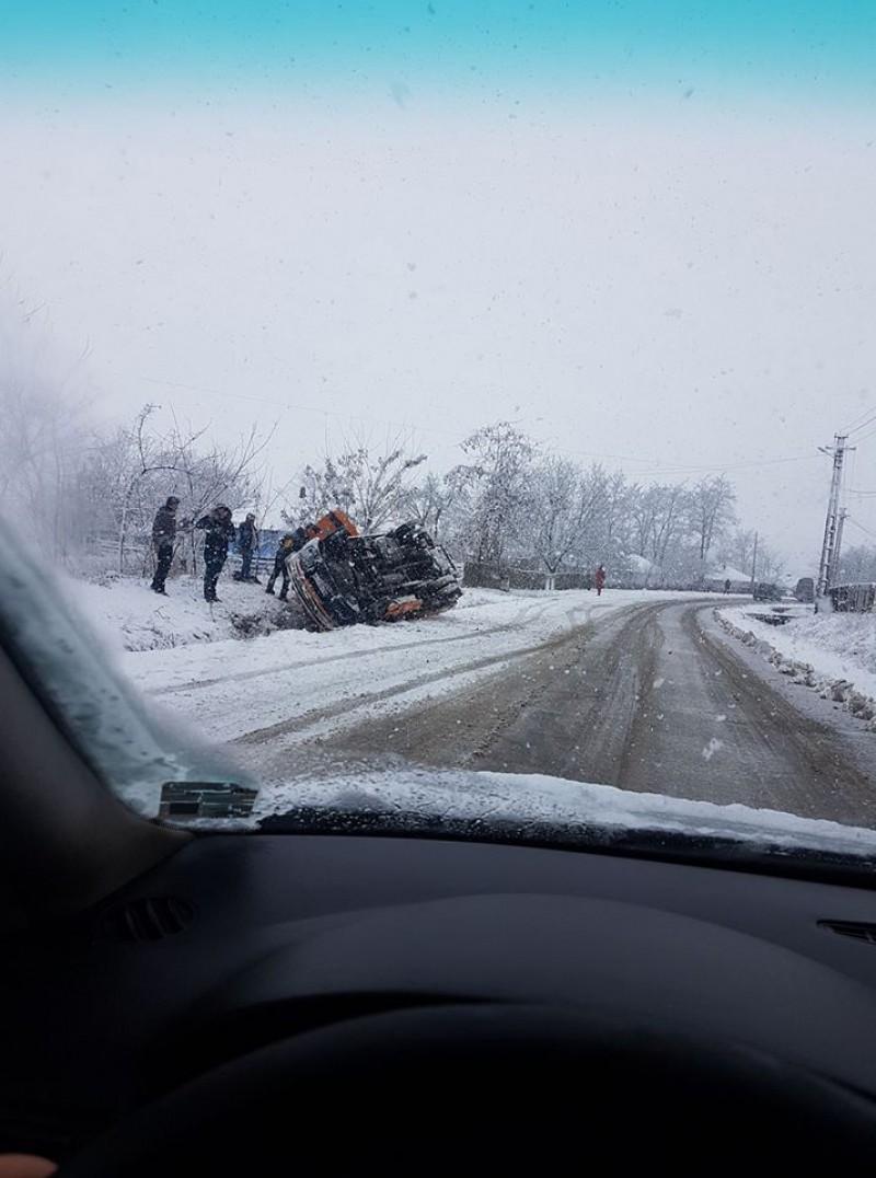 Mașină răsturnată la Guranda! Două persoane au ajuns la spital