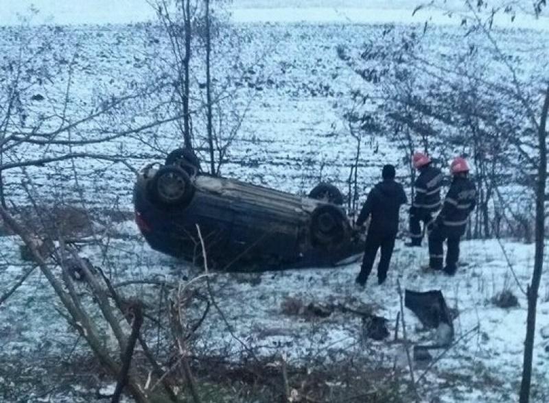 Maşină răsturnată la Ipoteşti! Trei persoane au fost rănite! FOTO