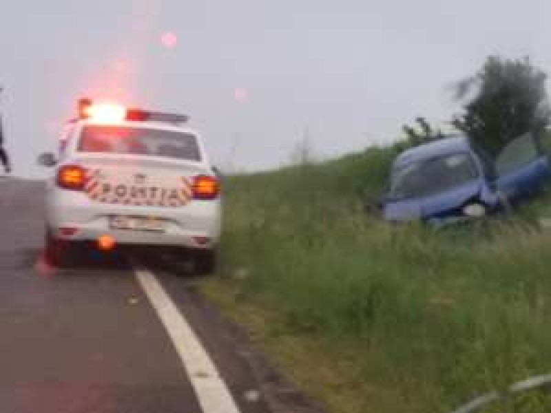 Mașină răsturnată pe câmp, după ratarea unei curbe