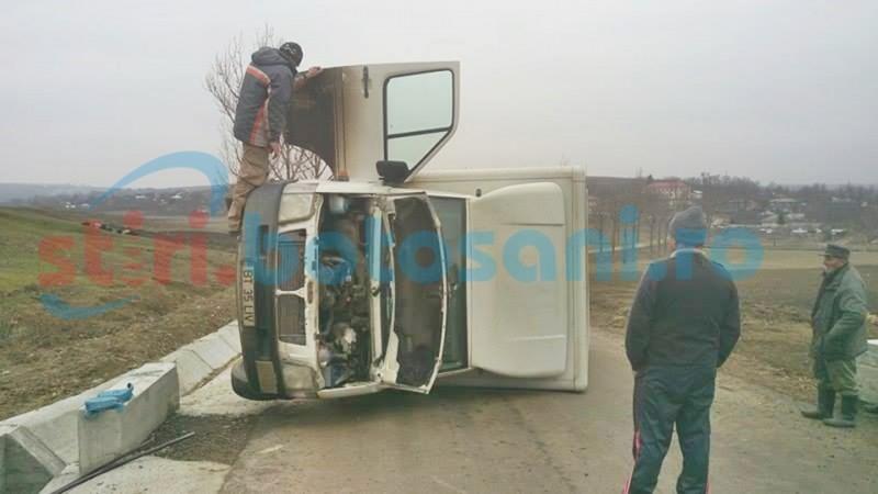 Autoutilitară răsturnată pe mijlocul drumului, după ce șoferul a pierdut controlul volanului! FOTO