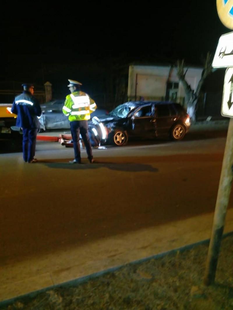 Maşină răsturnată pe o stradă din municipiul Botoşani, după ce a acroşat un alt autovehicul parcat