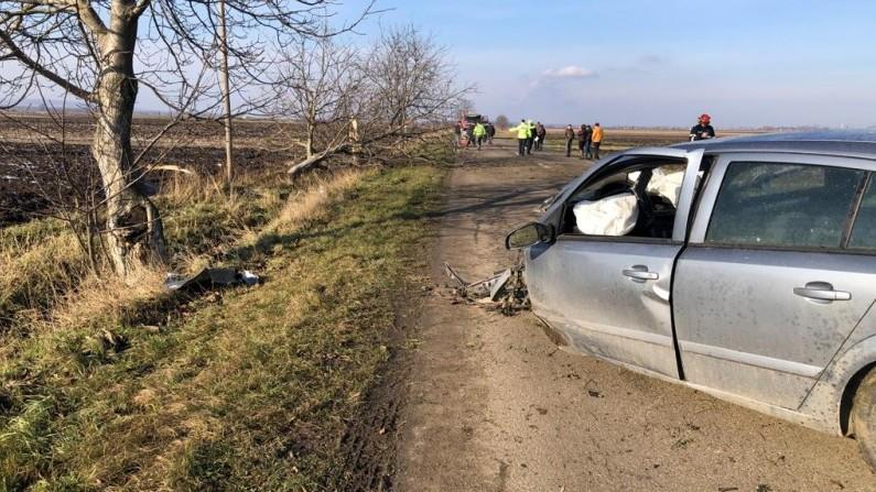 Mașină ruptă în două, la 180 de km/h. Șoferul de 20 de ani, în stare gravă (video)