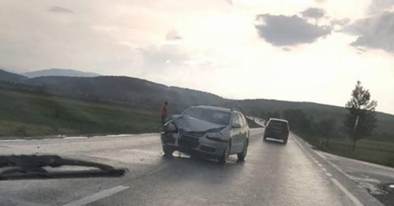 Maşina unui botoşănean, boţită într-un accident cauzat de un sucevean băut şi fără permis