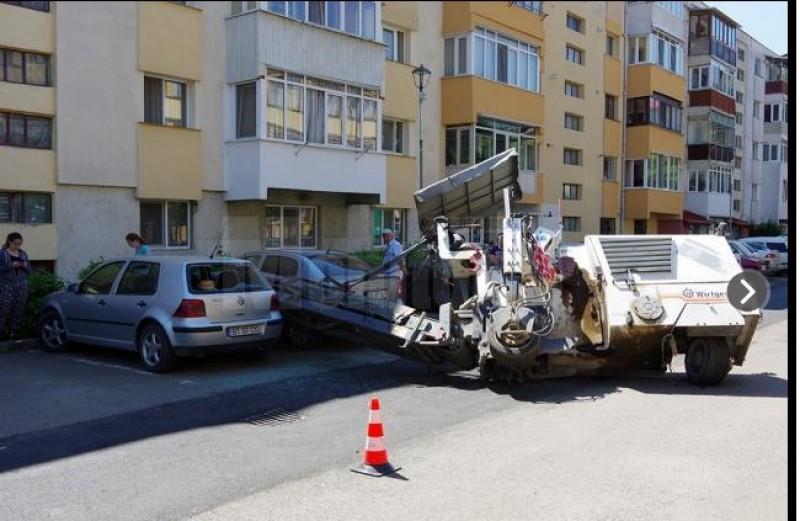 Mașina unui botoșănean distrusă de un utilaj de frezat asfaltul! FOTO