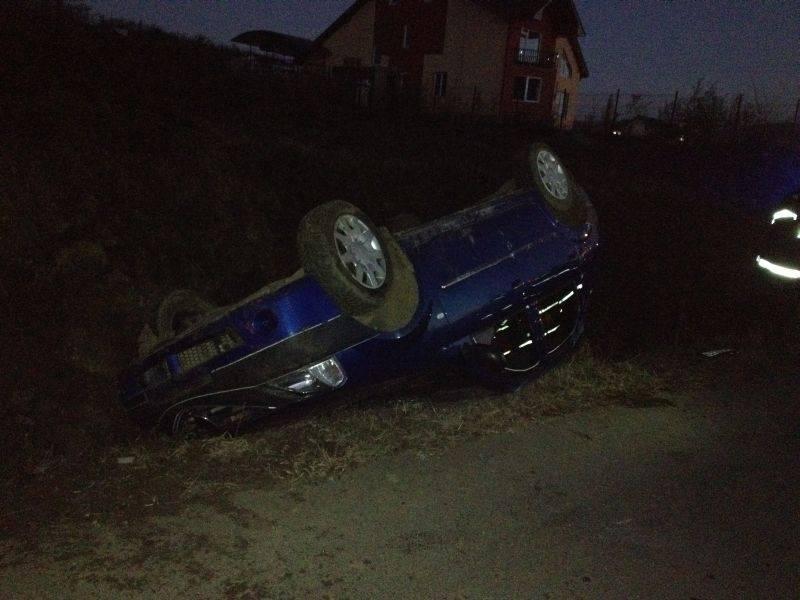 Mașina unui sucevean s-a răsturnat în șanț. Doi botoșăneni, pasageri în autoturism, au ajuns la spital!