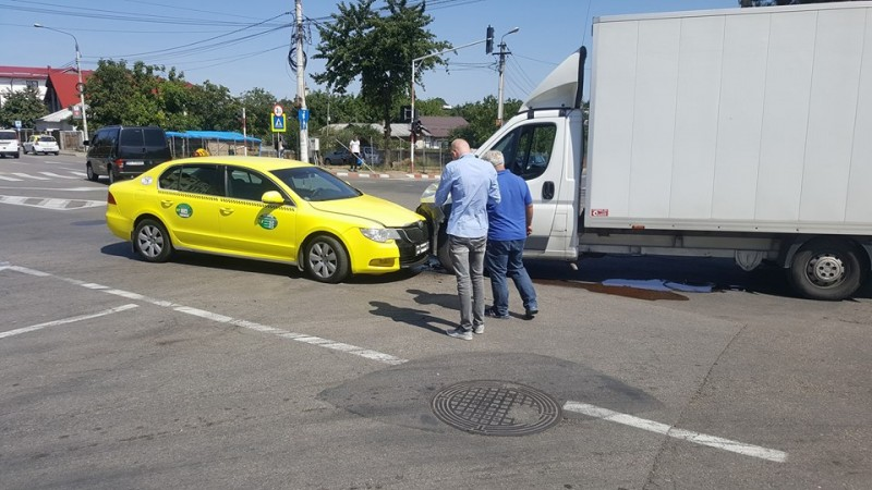 Mașini avariate într-o intersecție din Botoșani după o neacordare de prioritate - FOTO
