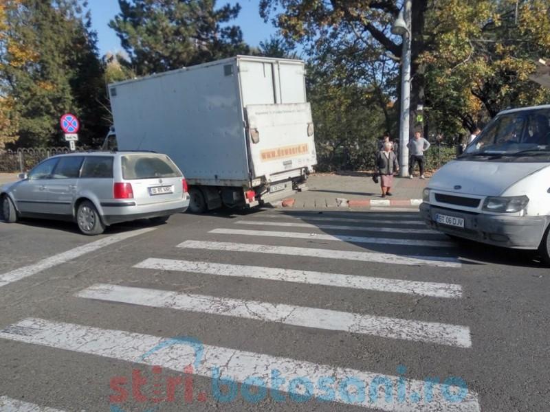 Mașini avariate într-o intersecție din municipiul Botoșani! FOTO