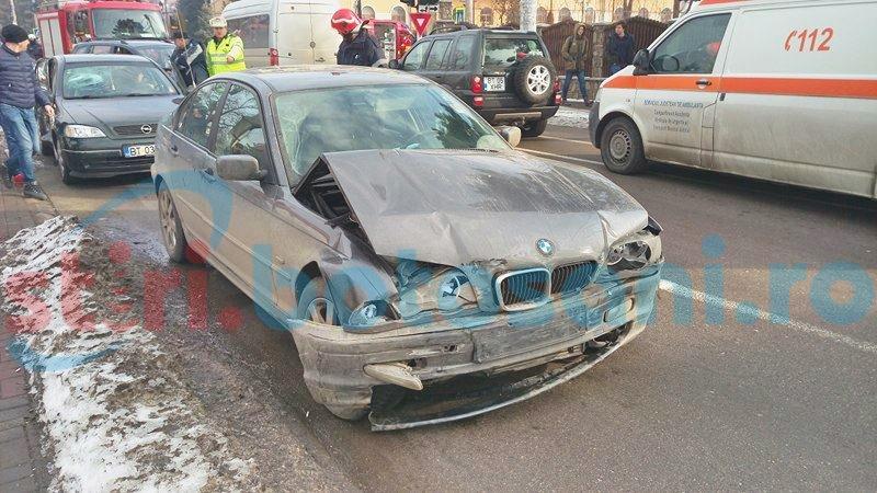 Mașini distruse într-o intersecție din Botoșani, din vina unui șofer care a trecut pe roșu! FOTO