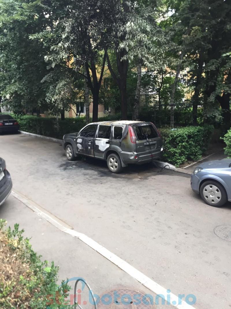 Mașini incendiate noaptea, pe străzi din Botoșani!