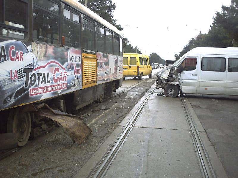 Maxi-taxi implicat intr-un accident soldat cu cinci victime