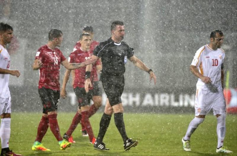 Meciul Albania - Macedonia, suspendat în minutul 76. Ultimele 14 minute se joacă marţi