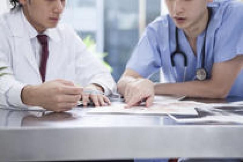 Medicii s-ar putea pensiona mai târziu pentru a acoperi deficitul de personal din spitale!