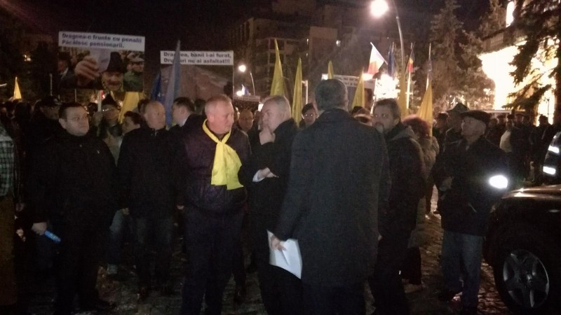 "Parodie muzicală la protestul PNL: ""Bani, bani, bani la Teleorman/Liviule, Liviuţule..."" VIDEO"