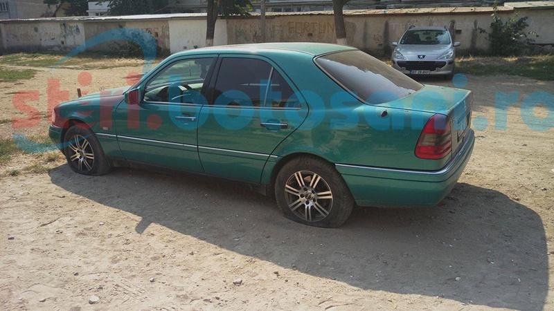 Mercedesul familiei unui fost consilier local din Botoșani, lăsat pe jante de persoane necunoscute! FOTO