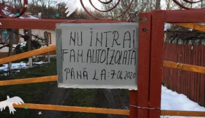 """Mesaj inedit afișat pe poarta unei familii din județ: """"Nu intrați, familie autoizolată!"""""""