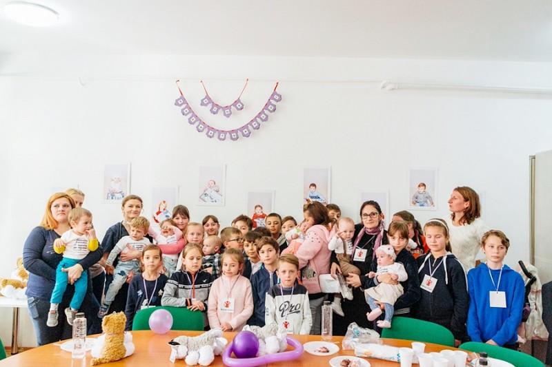 Mici voluntari de la Şcoala 11, alături de copiii născuţi prematur