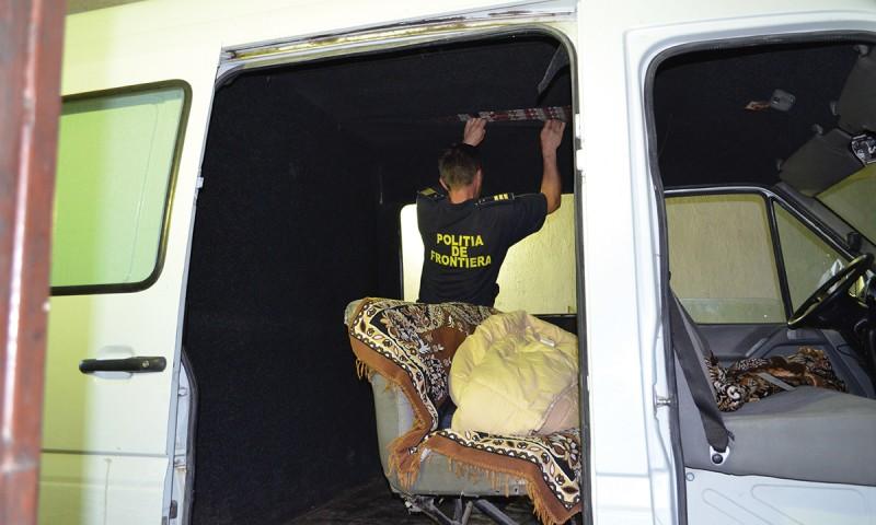 Microbuz blindat cu peste 27.400 de pachete cu ţigări, reţinut de poliţiştii de frontieră botoșăneni! FOTO