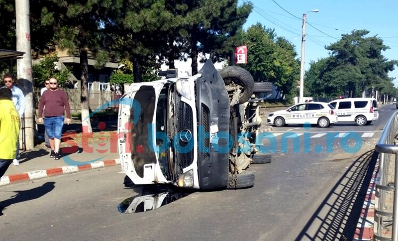 Microbuz înfipt într-un scuar, în zona industrială a orașului! Șoferul a adormit la volan! FOTO