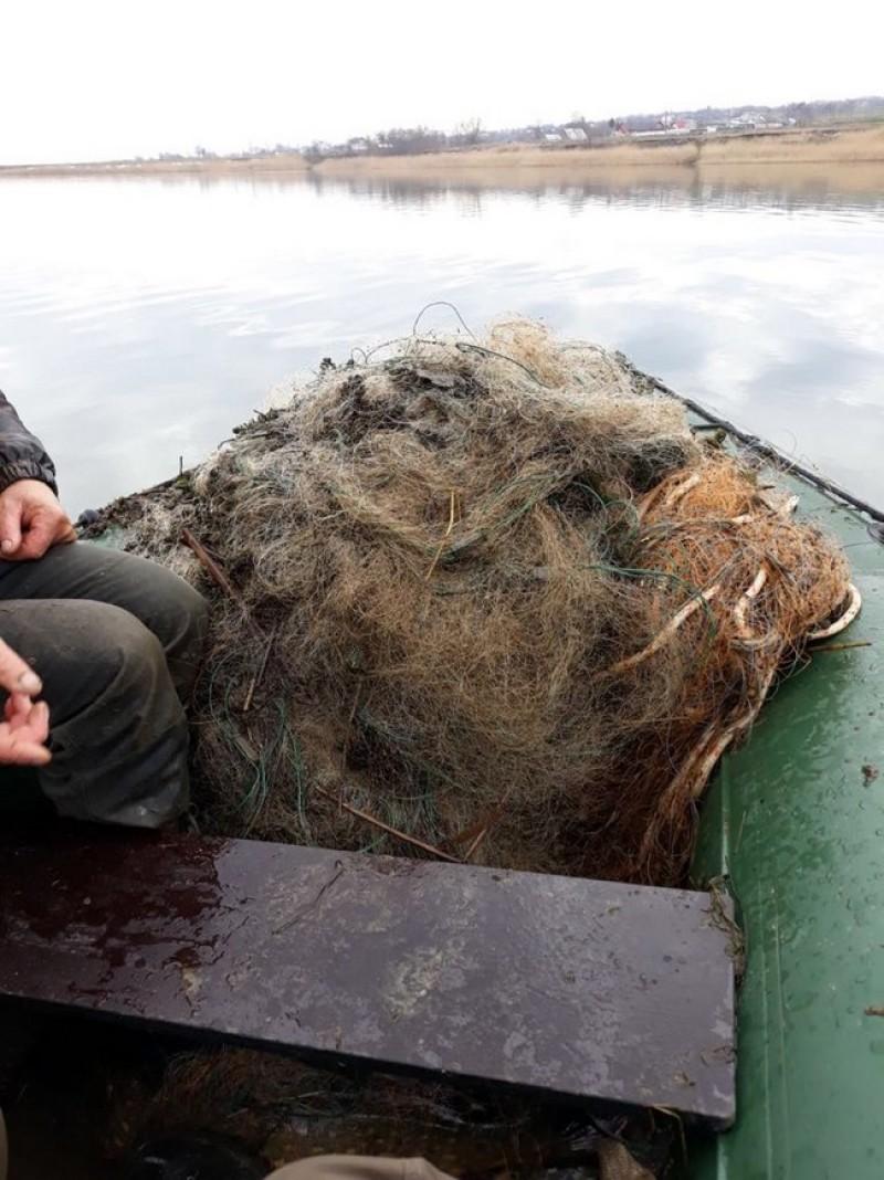 Mii de metri de plasă monofilament descoperită în acumulările Bucecea şi Rogojeşti
