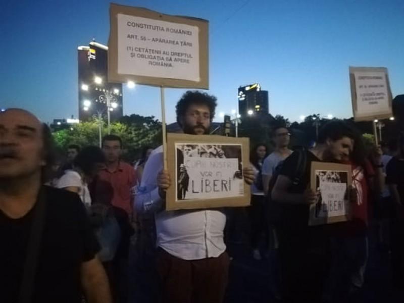 Mii de oameni protestează în București și în țară!
