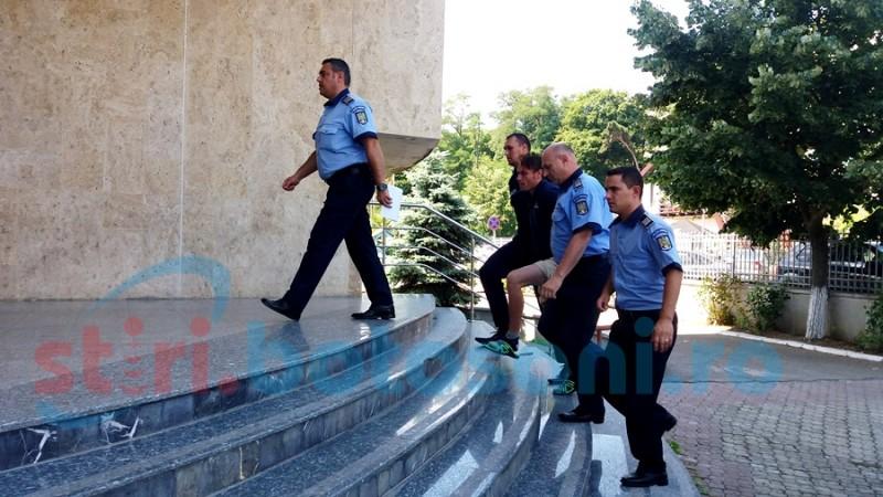 Botoşăneanul acuzat că a ucis două femei, dus la spital după ce a înghiţit coada unei linguri