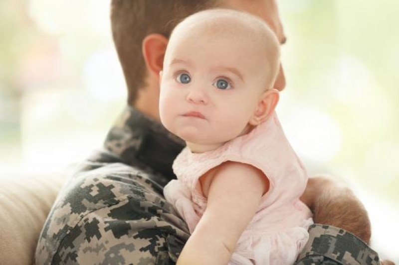 Militari care şi-au luat concediu paternal, puși să restituie banii. Explicațiile MApN
