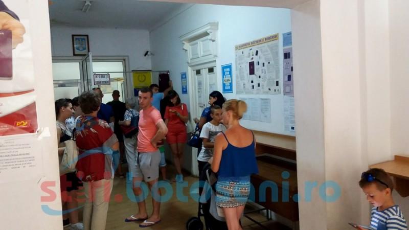 Ministerul de Interne, despre cozile la paşapoarte: Lipsa de personal se resimte şi în aceste servicii