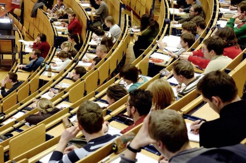 Ministerul Educatiei: Sunt bani pentru bursele studentilor. Universitatile care ne dau in cap cu autonomia sa modifice metodologia