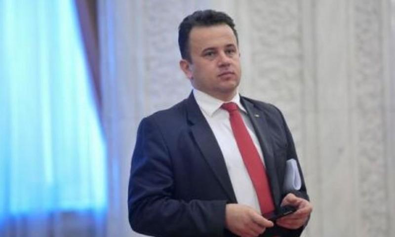 """Ministrul Educației a mai descoperit un DUȘMAN: materialele """"fotocopiate"""" folosite în școli"""
