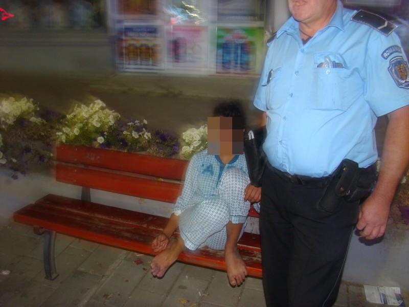 """Minoră beată """"culeasă"""" de pe stradă de poliţiştii locali! FOTO"""