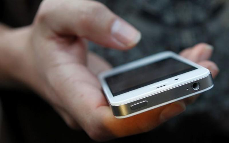 Minori suspecţi de tâlhărie după ce le-au furat telefoanele unor tineri