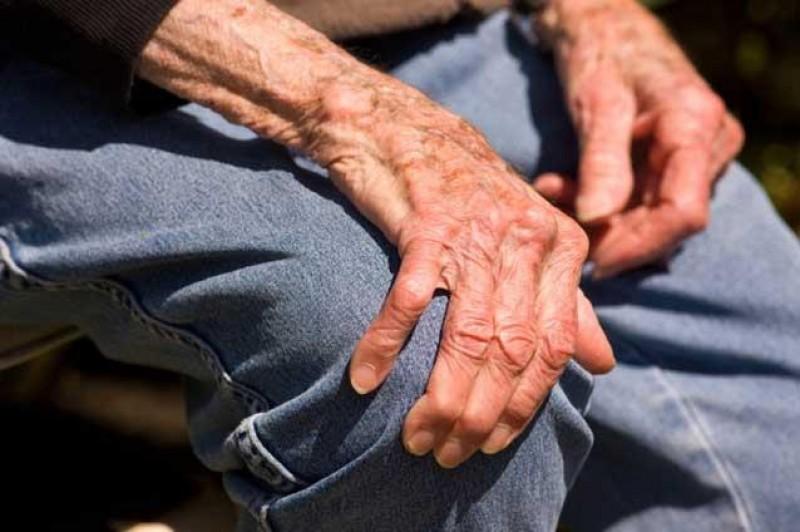 Miracolul din Botoșani. Un bătrân de 92 de ani s-a vindecat de COVID și s-a apucat de grădinărit