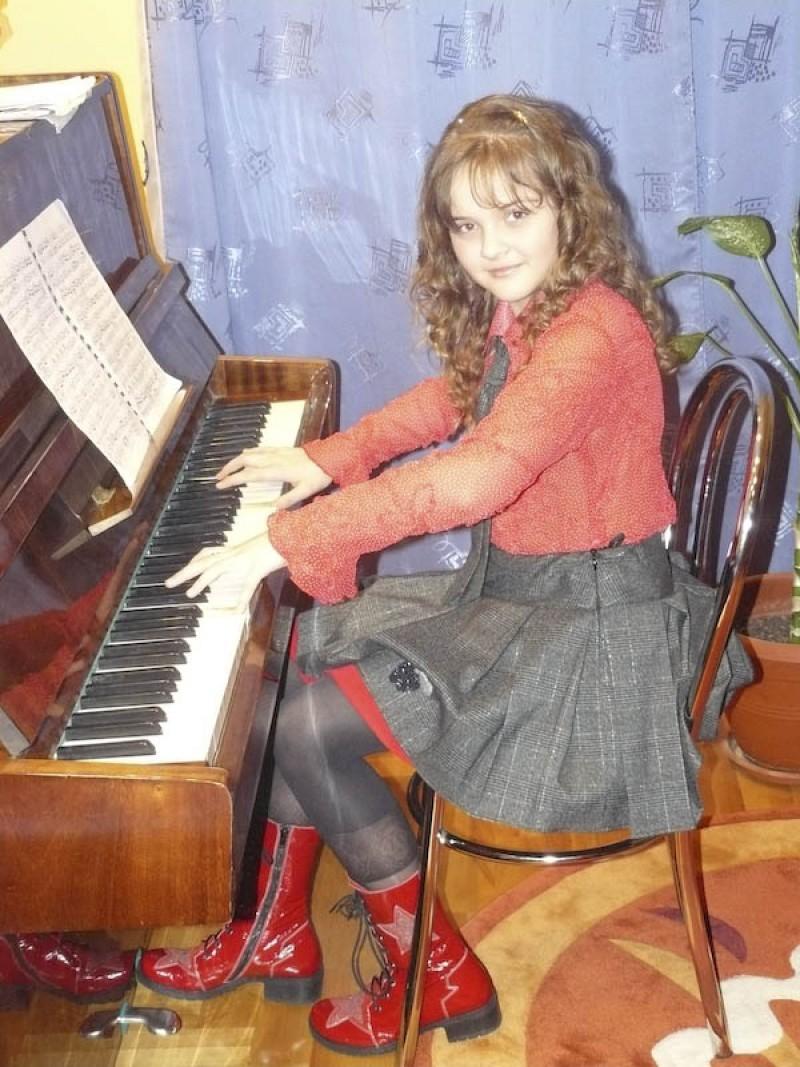 MIRUNA BUZA - Copilul care si-a crescut cantecele cu lacrimi!