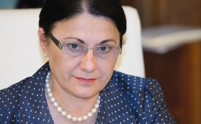"""Mister total la Senat: Cine a semnat alaturi de Ecaterina Andronescu un raport care schimba soarta scolilor. Andronescu: """"Nu inteleg toata agitatia"""""""