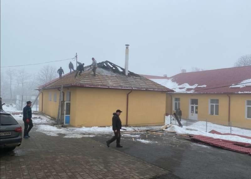 Mobilizare impresionantă în rândul tinerilor pentru repararea școlii din Podriga, afectată de un incendiu