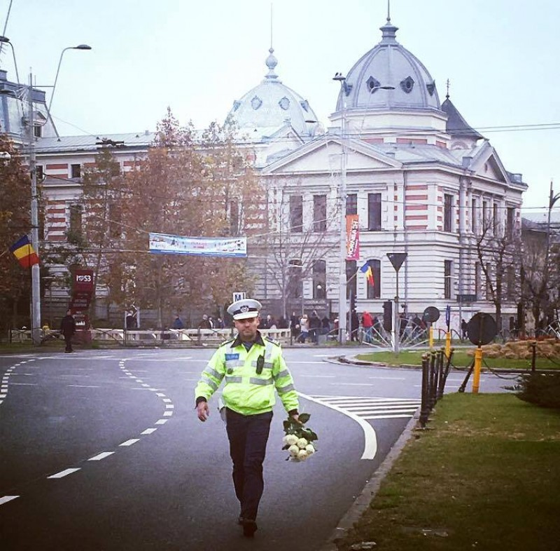 Moment emoționat după înmormantarea Regelui. Acest polițist a strâns trandafirii pe care oamenii i-au aruncat spre cortegiul funerar și...
