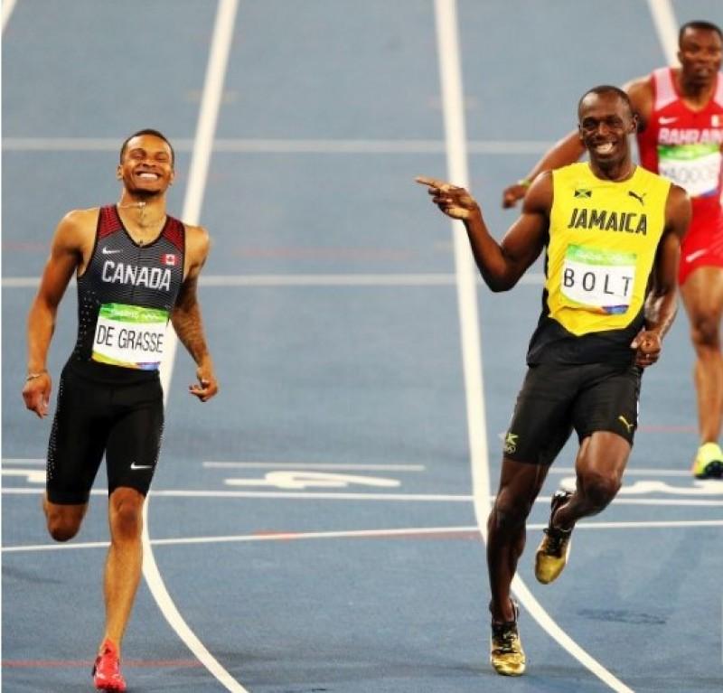 """Moment genial oferit de Bolt în semifinala la 200 de metri! A terminat cursa certându-și adversarul: """"Ce faci?"""" - VIDEO"""
