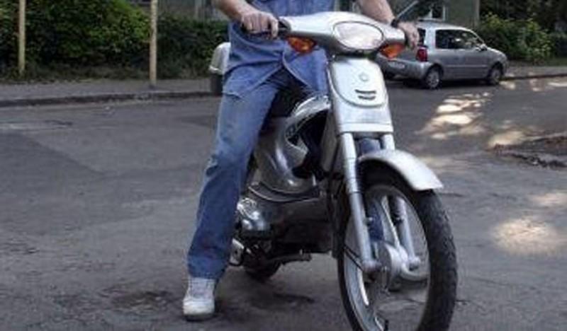 Mopedist tras pe dreapta: Fără permis și cu mopedul neînmatriculat!