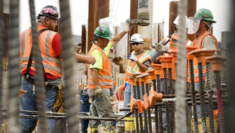 Muncitorii din construcții, monitorizați on-line pentru orele suplimentare