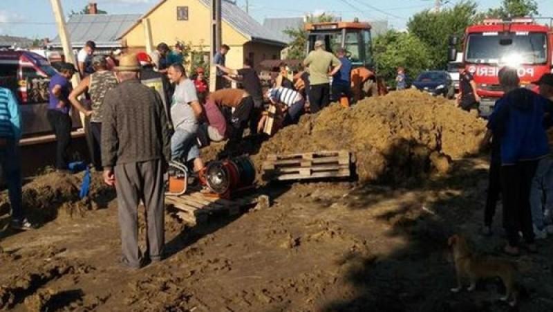 Muncitorii prinşi sub un mal de pământ în Suceava: Unul dintre bărbaţi a murit