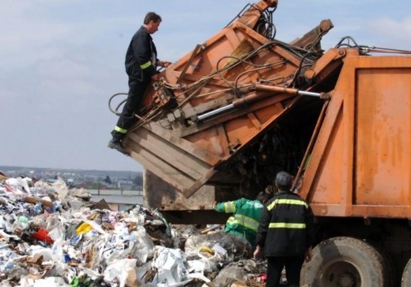 Muncitorul unei firme de salubritate, rănit grav în timp ce colecta gunoiul de la Stăuceni!