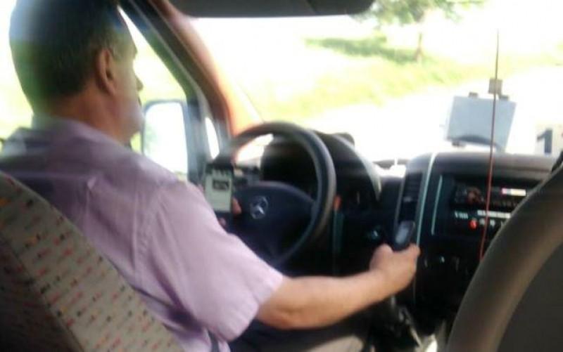 N-a înțeles nimic din accidentul din Ungaria! Şofer de microbuz filmat folosind două telefoane în acelaşi timp!