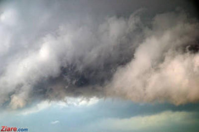 """Ne asteapta o vara cu furtuni foarte violente. ANM explica ce e """"aspectul tornadic"""" din prognoze!"""