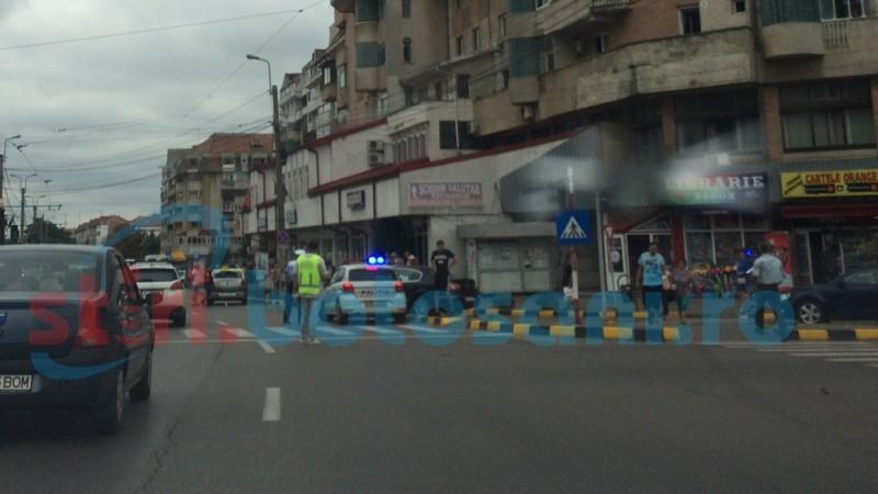 Neatenţia costă! Un biciclist a lovit un taximetru oprit regulamentar FOTO