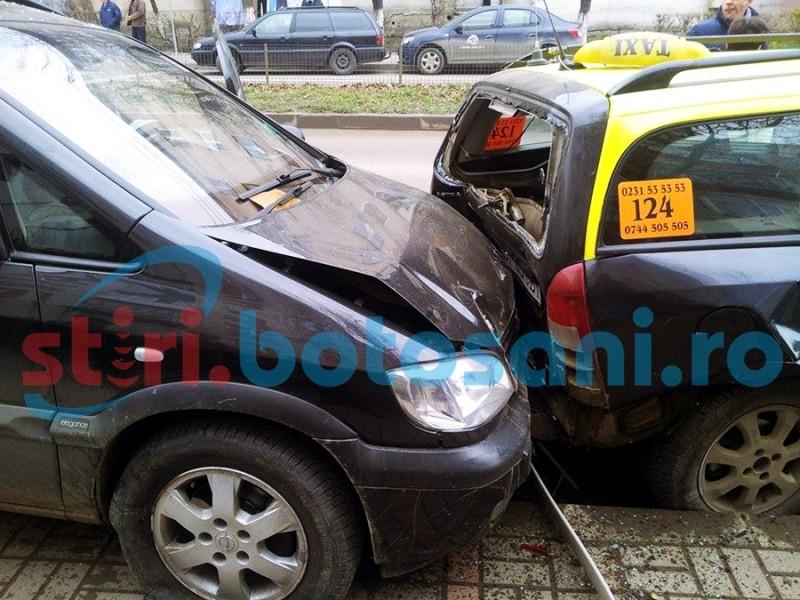 Neatenţia unei şoferiţe: Doua persoane ranite si trei masini avariate! FOTO